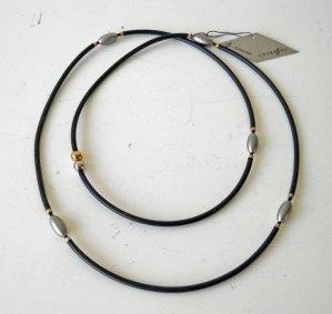 Charizzma, Collier Nr. C 0010, rubberen collier met stalen kern met stalen tussenstukjes. .