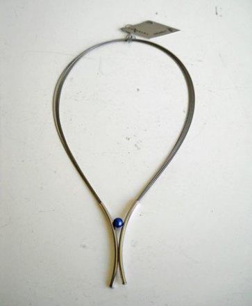 Charizzma, Collier Nr. C 007, staaldraden met uiteinde van staal met blauwe bol.