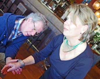Het statige Halssieraad (messing en elastisch nylon) van Marian Sturkenboom en de Armband voelen heel goed aan.
