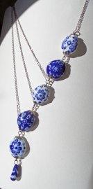 Candida van Nugteren, Ketting met a-symmetrische Delfstblauwe kralen, lampwork.