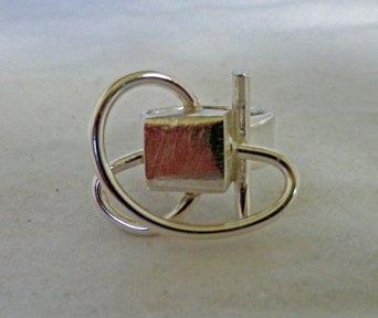 Zilveren ring met kubus en draad.