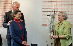 Margriet Pleiter bedankt Rita Kok voor deelname aan deze kunsttentoonstelling