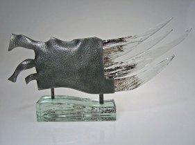Halberd I, Nr. C 271, glas en metaal op glazen voet, 350 x 186 mm.