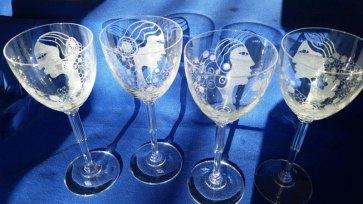 Wijnglas op hoge voet, gravure met diamant en zandsteen, hoog 18 cm.