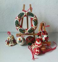 Kerst ornamenten, geborduurd en gehaakt glaskraaltjes.