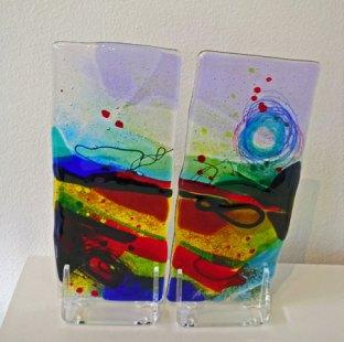 Glassculptuur 2-delig - gefused glas op lex-standaard - hoogte 27 cm.