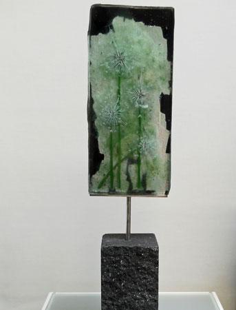 Dandelions - gefused, 5 lagen, gebrandschilderd glas, bladmetaal zilver, acrylverf, stenen sokkel, hoog 60 cm.
