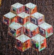 Baby blocks - Diverse kleuren katoen en batik, oranje, bruin, rood, groen, machinaal in elkaar gezet en gequilt, 100 x 90 cm