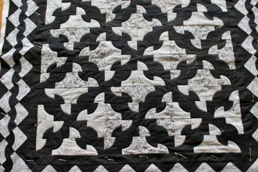 Dronkemanspad - Zwarte en witte katoen machinaal aan elkaar gezet en handmatig doorgequilt, 120 x 120 cm
