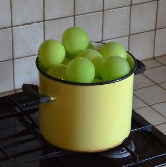 """""""Castrol erwten"""", kookpot met mondgeblazen erwten, 30 x 35 cm."""