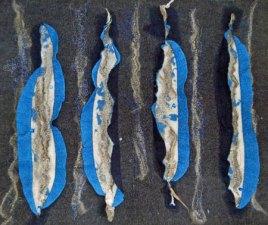 Wandkleed Inkijk - diverse lagen naaldvilt opengesneden en versierd met linnen, zijde en lontwol, 90x75 cm.
