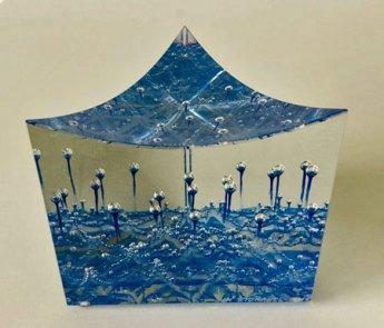 Jan Stohanzl -Triangle Blue - helder optisch glas met blauwe kleurlaag en ingesloten belletjes - hoog 10,5 cm.