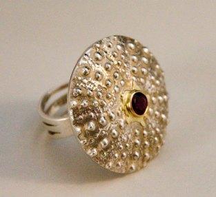 Zilveren ring met granaat in gouden zetting