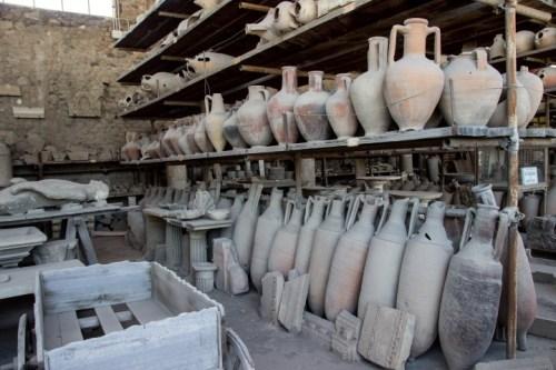 pompeii pottery with body