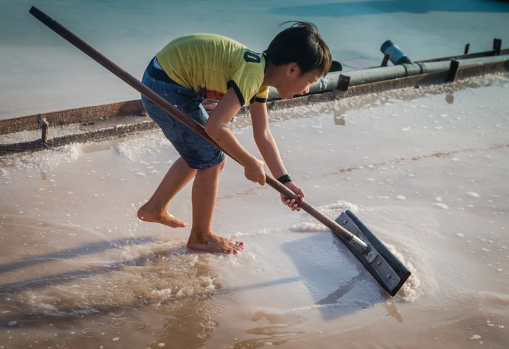 Jingzaijiao Child Raking Salt