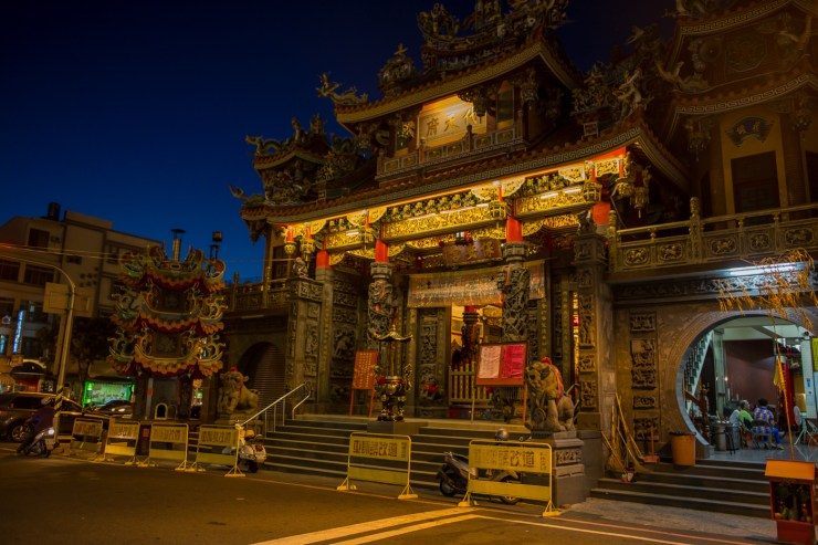 tainan daitan temple front night