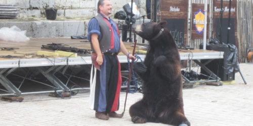 Frédéric Chesneau et l'ours Valentin ce week-end à Moulins-Engilbert.
