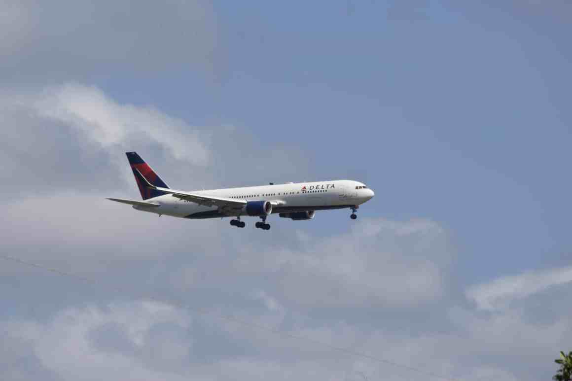 Delta Air Lines Boeing 767 Arrives at Honolulu International Airport