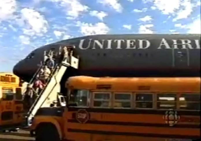 Los pasajeros eran trasladados desde el aeropuerto en colectivos escolares / Foto: Captura video CBC News