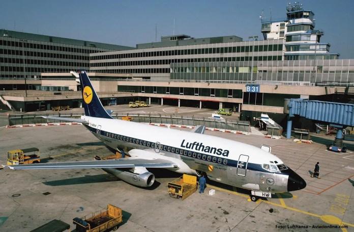 El 737-200, las camionetas Volkswagen, las mangas cubiertas, ¿puede ser más retro esta foto? Foto: Werner Krueger  Lufthansa 01.1982 D113-10-399 737-200, D-ABMA Idar-Oberstein