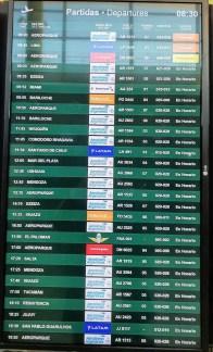 Panel de partidas del aeropuerto de Córdoba este viernes, con Miami como nuevo destino.