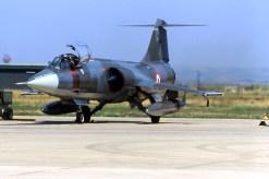 per molti anni questa è stata una scena frequente al 37° Stormo…un F104S ASA con pilota a bordo in attesa delle ultime operazioni pre-volo. Il velivolo imbarca ancora il cannone Vulcan, tipico del profilo CB.