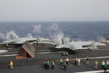caccia imbarcati americani Super Hornet e Growler sulla uss eisenhower