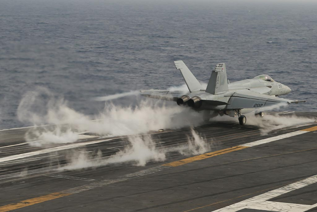 decollo f-18 da portaerei