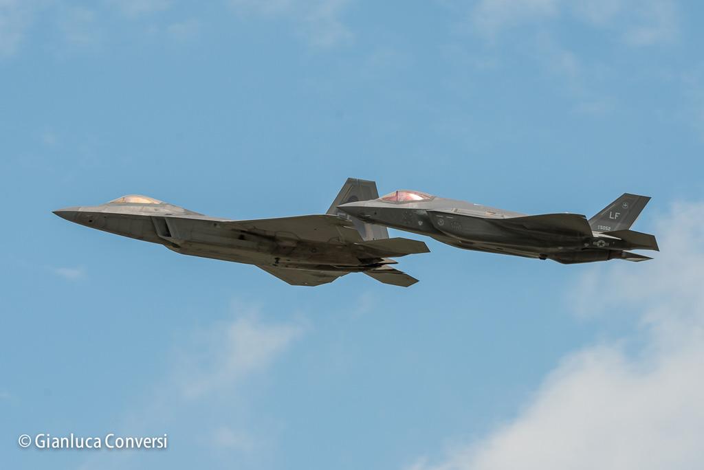 F-22 i n formazione con F-35
