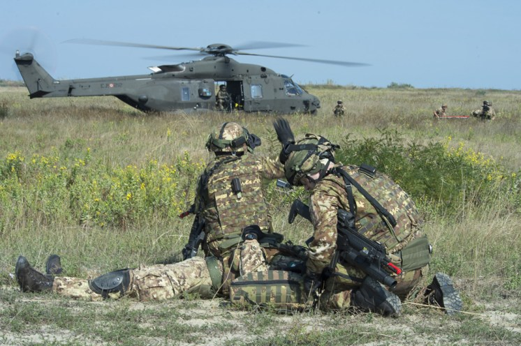 air Personale del 66 Reggimento Aeromobile impegnato in una attivita' di medevac