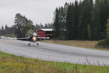 Finnish Air Force F-18 Hornet atterraggi e decolli da tratto autostradale
