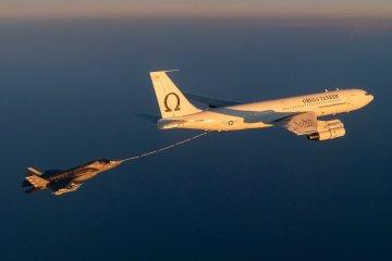 Omega Air KC707 e F-35