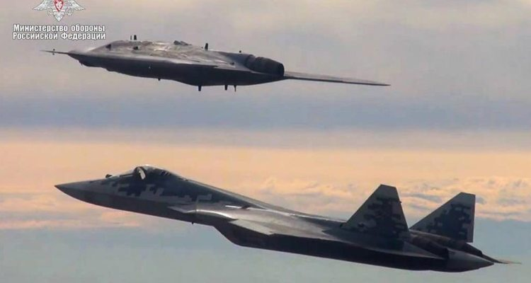 SU-70 vola con SU-57