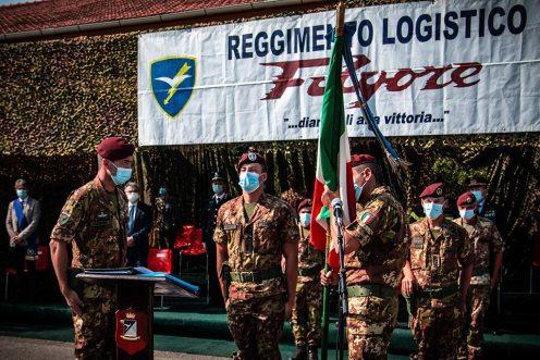 3-il-Colonnello-Pisciotta-bacia-la-Bandiera-di-Guerra