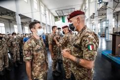 foto 12 Il Comandante dell'Accademia di Modena Gen. b Rodolfo Sganga durante la consegna del brevetto di Paracadutista