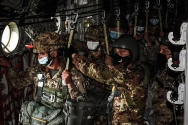 foto 4 il direttore di lancio con il primo paracadutista alla porta ad un minuto dalla luce verde