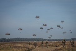 lancio paracadutisti folgore alla falcon leap 21