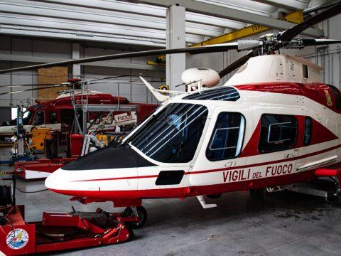Elicotteri Vigili del fuoco nell'hangar del reparto volo di Venezia Tessera