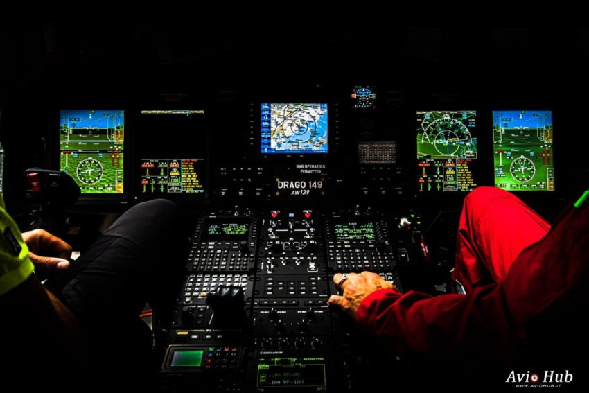 Foto scattate durante la visita di Aviohub al reparto volo dei Vigili del Fuoco di Venezia cockpit elicottero AW139