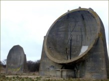 Miroir acoustique de Denge (Kent) - 9 mètres de diamètre avec les supports de collecteur de sons (micro) toujours centrés devant la structure
