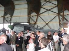 Devant le Fw-190 les invités écoutent les discours.