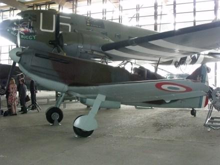 Dewoitine D.520 et Douglas C-47.
