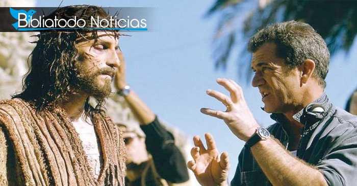 """El director de """"La Pasión de Cristo"""", Mel Gibson hablando con Jim Caviezel, quien interpreta a Jesús en la película"""
