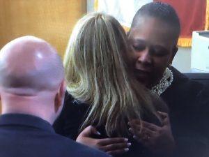 La jueza Tammy Kemp abrazando a Guyger