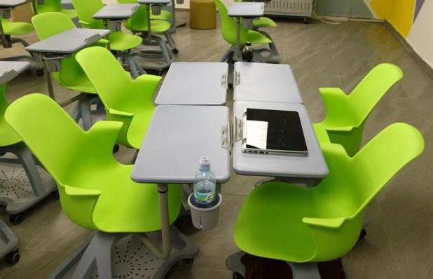 שולחנות מודולריים הבנויים משילוב כיסאות אולפנת צפירה אוריקון (צילום AVM)