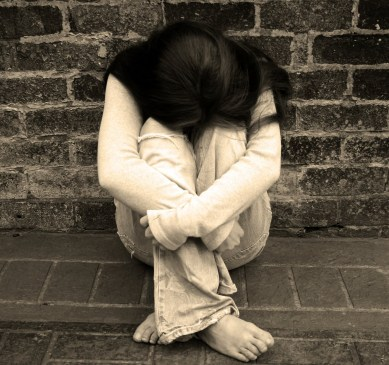 femme mur solitude tristesse