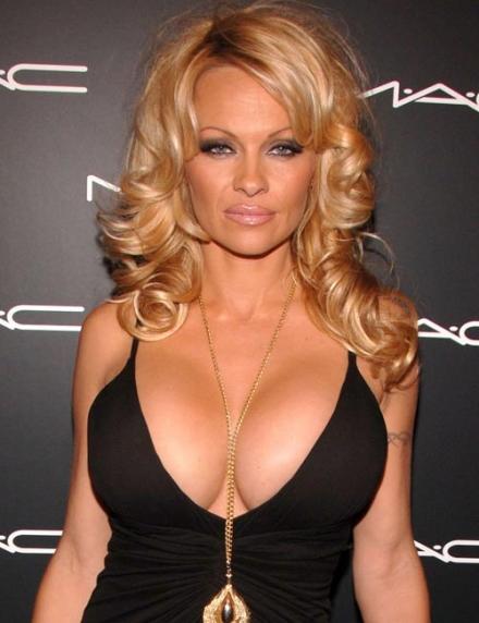 Pamela Anderson et chirurgie plastique : choix ou oppression ?