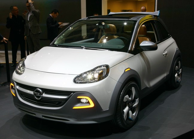 Opel Adam Rocks Concept: individualizacija v slogu križanca med cestno in terensko namembnostjo malega mestnega avtomobila.