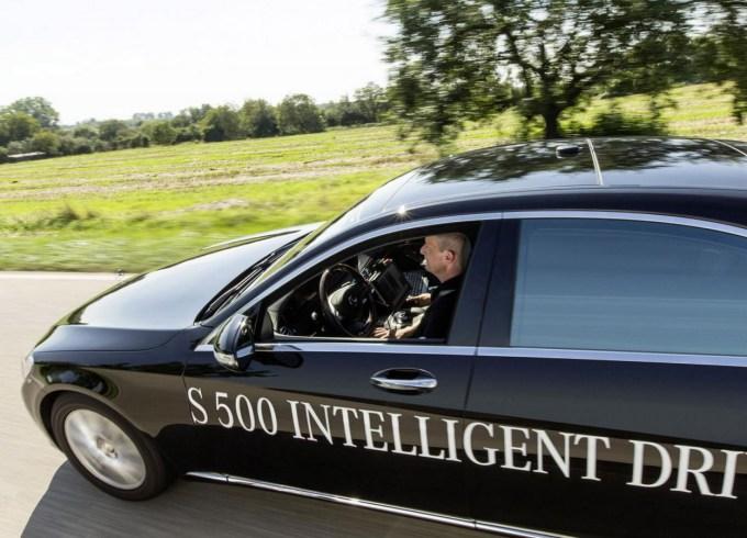 Za razliko od Googla, ki hoče narediti samosvoje oblikovan avtonomen avto, pri Mercedes-Benzu pravijo, da z avtonomnostjo avta nočejo 'razburjati' na cesti, tako da bodo to tehniko vpeljali v enega njihovih obstoječih modelov.