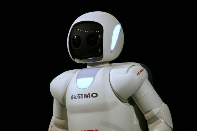 Honda Asimo: 1,3 metra visok ter le 48 kilogramov težak robotek lahko teče 9 kilometrov na uro hitro in pri tem zdrži do 40 minut.